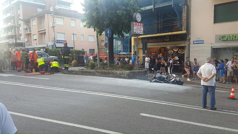 A Lavena Ponte Tresa 18enne ferito dopo una caduta in moto. Il mezzo in fiamme