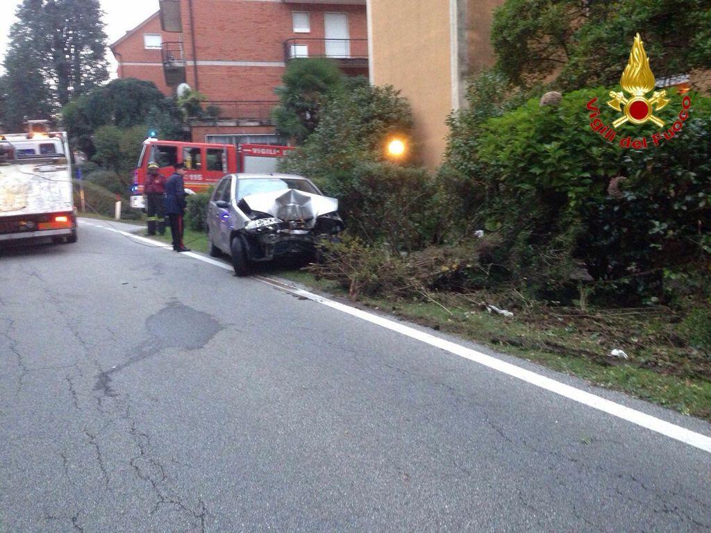 Laveno Mombello, Fiat Punto si schianta contro un albero. Uomo trasportato in elisoccorso all'Ospedale Circolo di Varese
