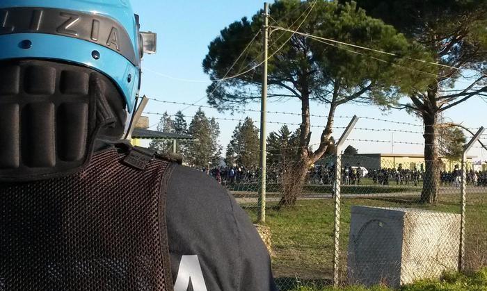 Migranti: rientrata la rivolta esplosa a Cona. In 100 saranno trasferiti in Emilia