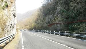 """Una foto della pista ciclo-pedonale """"appesa"""" su una roccia in Valganna"""