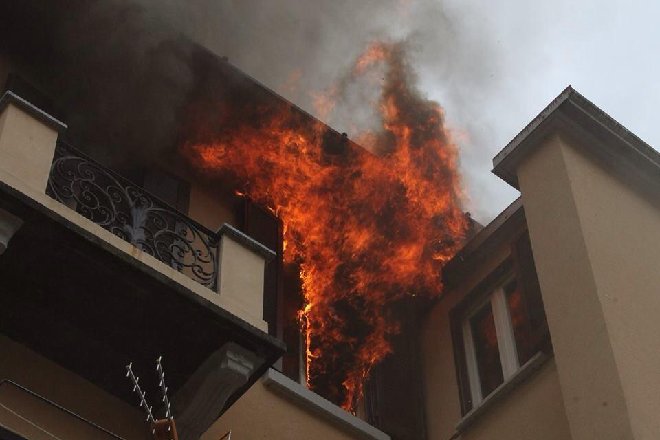 Le foto dell'incendio di via Roma, a Porto Ceresio (© Alessandro Sorrentino - facebook.com/portoceresioweb)
