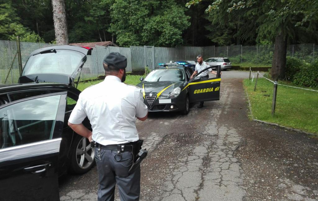 Varese, arrestato spacciatore 50enne in zona di confine. Sequestro di cocaina, hashish ed attrezzatura