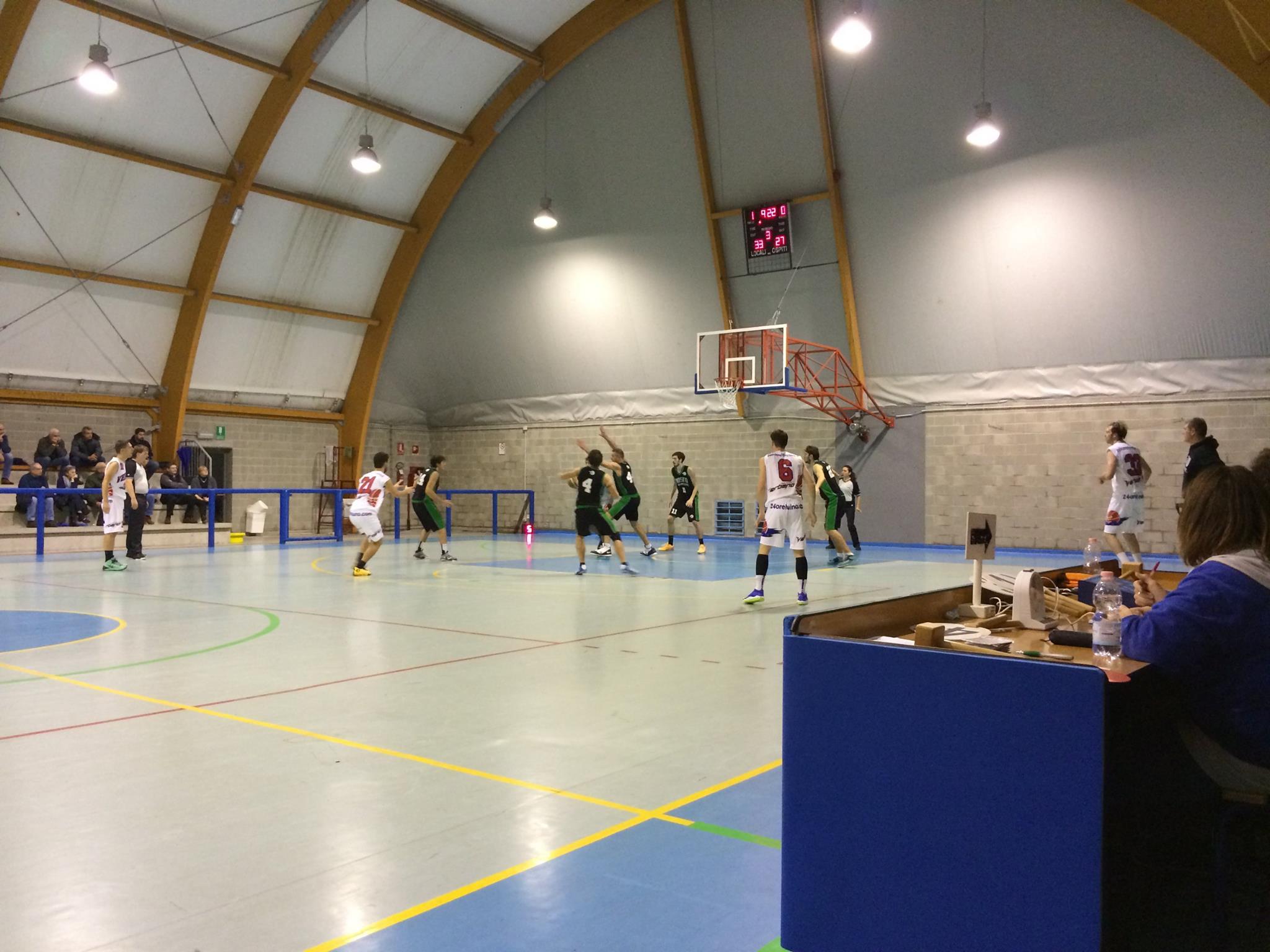 Alcune azioni salienti della partita tra Pallacanestro Verbano Luino - Bosto Varese, finita 49-60 (Foto © Iacopo Lattuada)