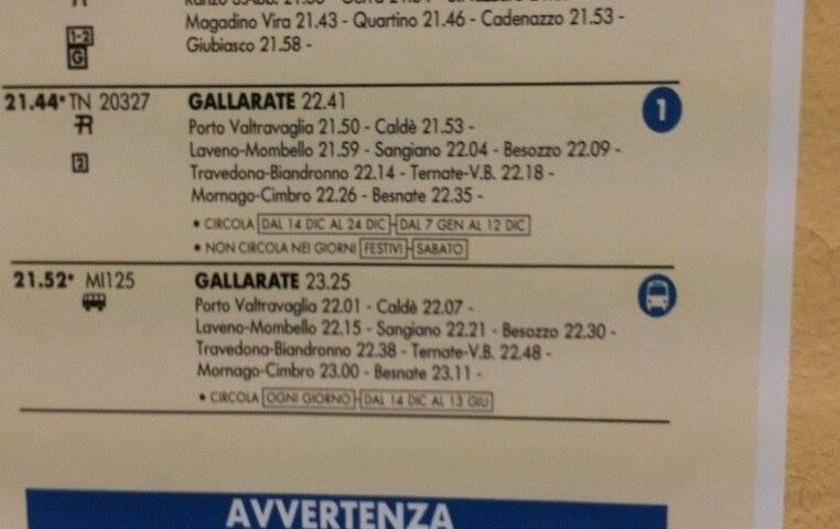 Il tabellone degli orari alla Stazione ferroviaria di Luino, valido dal 14 dicembre 2014