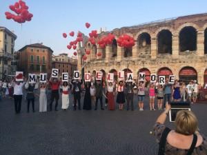"""I primi sostenitori del """"Museo dell'amore"""" in piazza Bra a Verona, lo scorso 4 luglio  (Facebook.com - Foto © Sabrina Lucchese)"""