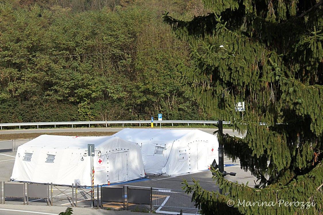 L'inaugurazione della tenda pneumatica presso di Campo CRI di Luino a Cremenaga (Foto © Marina Perozzi)