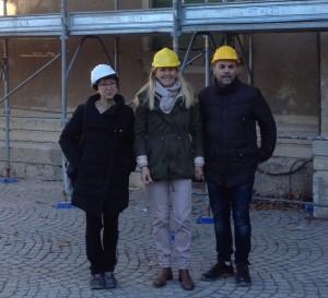 L'allestimento del ponteggio di Palazzo Verbania: da sinistra l'architetta Buzzi, progettista e direttrice lavori, l'assessore Alessandra Miglio, con delega ai lavori, e il geometra Giorgetti, responsabile del procedimento