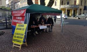 Il gazebo del Comitato a sostegno dell'Ospedale di Luino lo scorso 31 gennaio in piazza Garibaldi
