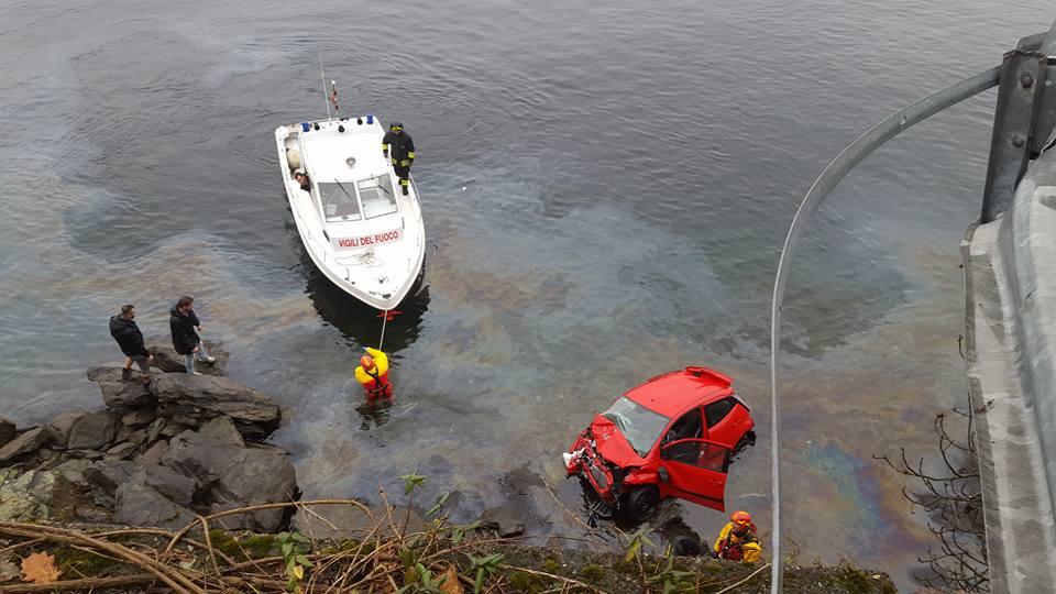 Luino: auto finisce nel lago nei pressi della prima curva verso Colmegna. Due i feriti (Foto © Alessandro Fazio)