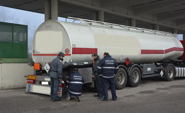 Contrabbando: sequestrati oltre 800 litri di gasolio e benzina, un denunciato al confine