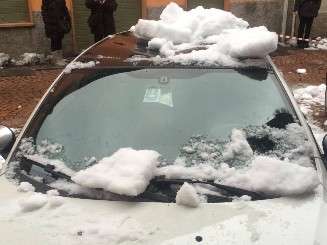 Germignaga: lastre di ghiaccio si staccano da un tetto, colpite quattro macchine (FOTO)