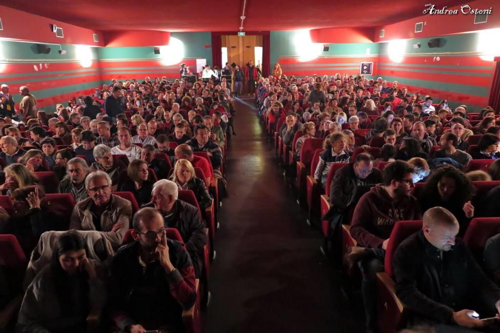 """Il pubblico presente martedì sera al Teatro Sociale di Luino per la presentazione di """"Barba e Capelli"""", nuovo album nuovo """"Trenincorsa"""""""