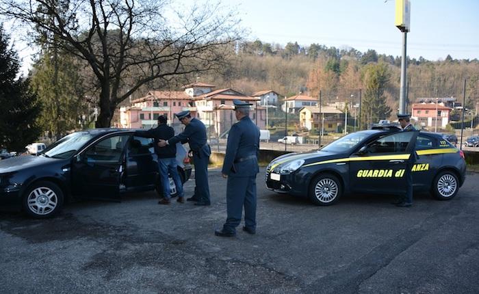 Fermato in dogana, finanzieri trovano in auto lingotti d'oro e quasi 10mila euro