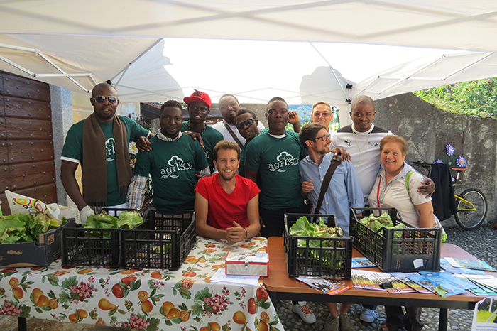 I migranti ospiti a Dumenza offrono gratuitamente i prodotti del loro orto ai cittadini
