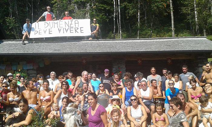 """Condivisione e solidarietà per il """"Rifugio di Dumenza"""". Oltre 160 persone per il selfie in omaggio all'Alpe Bovis"""