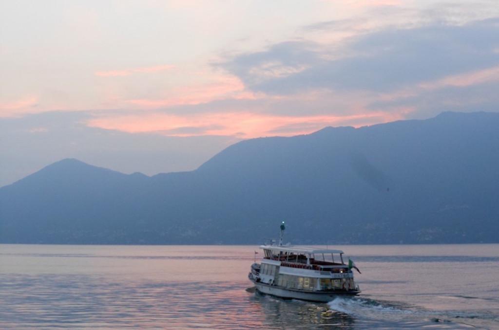 """Buongiorno con la foto del giorno di Antonella Bonora, """"Il ritorno a casa sul lago Maggiore"""""""