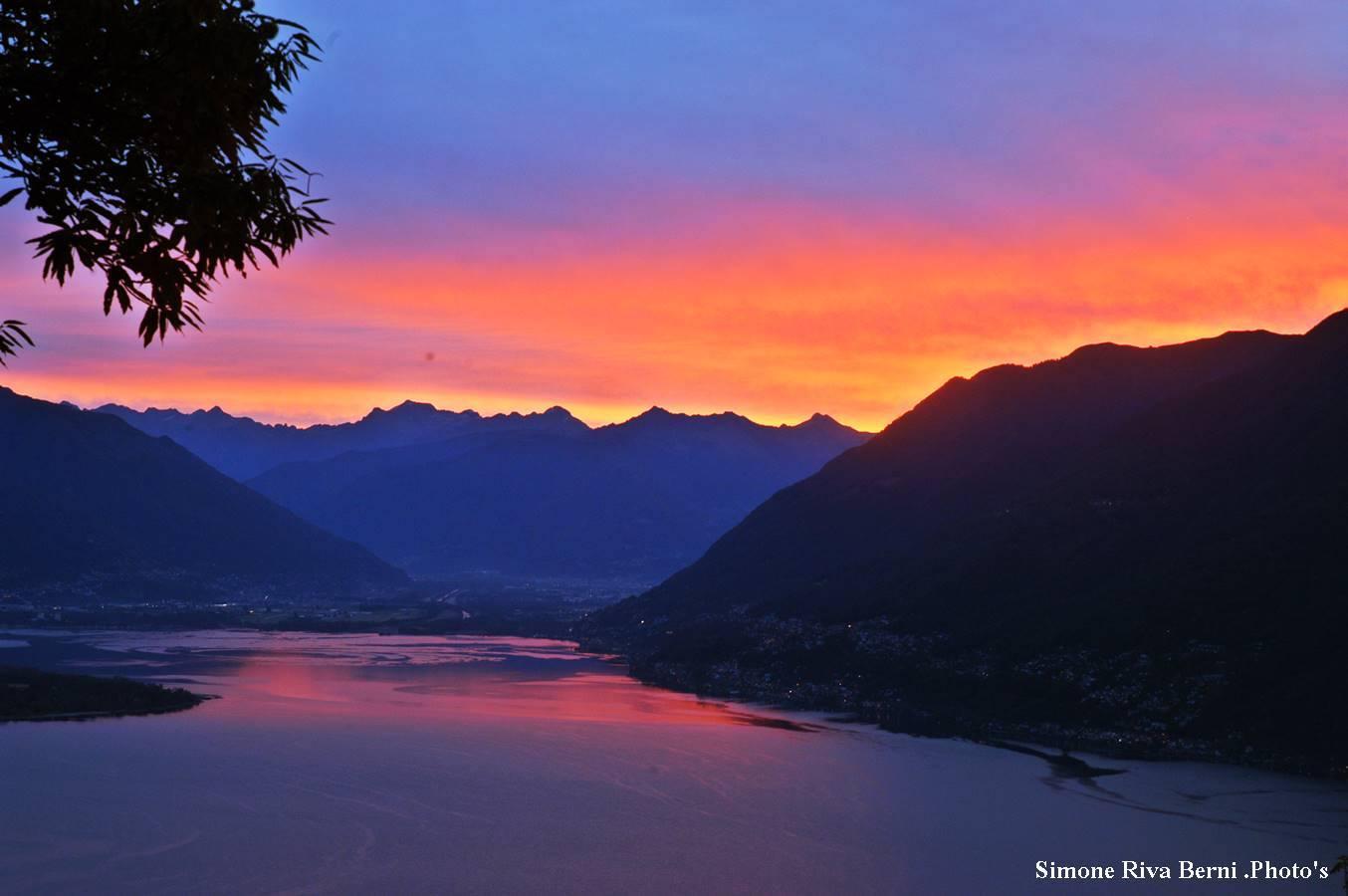 Buongiorno con l'alba sul lago Maggiore immortalata da Simone Riva Berni