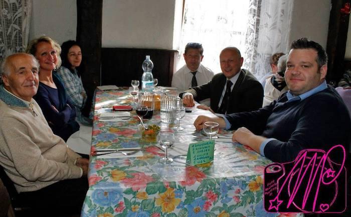 Ambrogio Catenazzi, il primo da sinistra, durante un pranzo conviviale con il sindaco Fabio Passera
