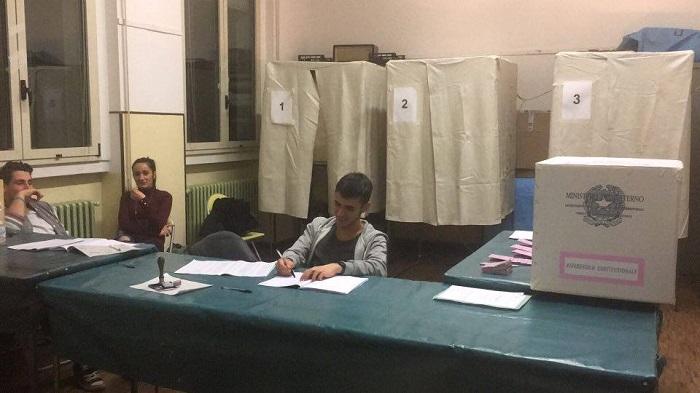 Referendum, l'affluenza alle 23 nei comuni dell'Alto Varesotto. Ecco i risultati
