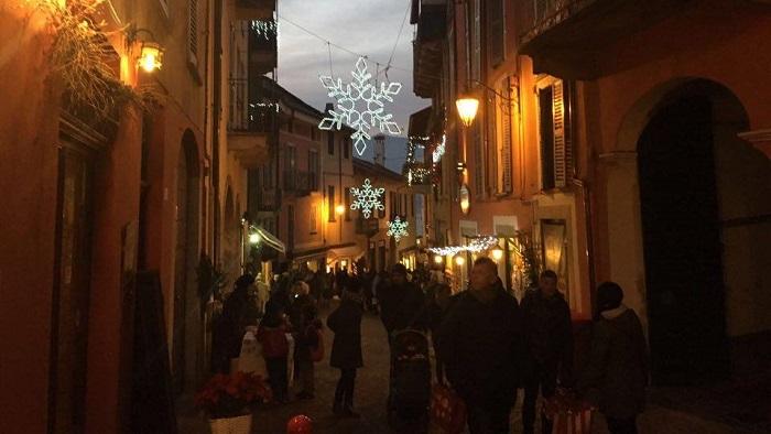 Luino, grande successo per il salotto natalizio all'aperto in via Felice Cavallotti