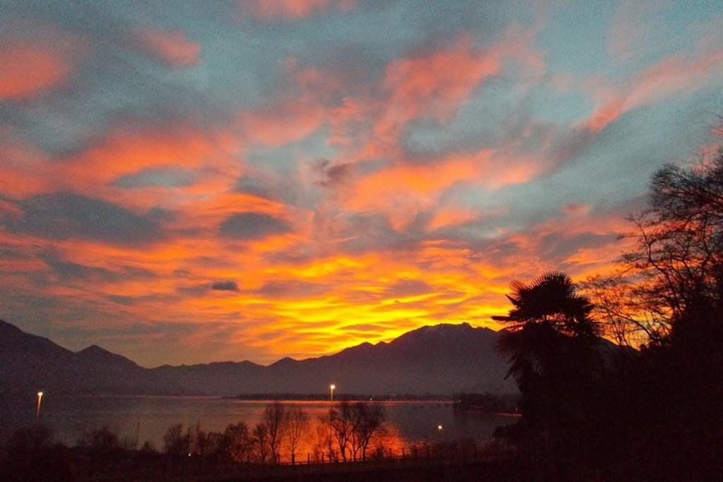 Buon Santo Stefano con la foto del tramonto natalizio sul lago di Antonella Bonora