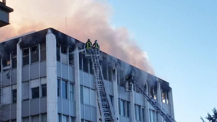 Luino, in fiamme l'ex palazzo dell'Agenzia delle Entrate. Il fumo visibile da chilometri. Sul posto i Vigili del Fuoco (Foto e video di alcuni lettori)