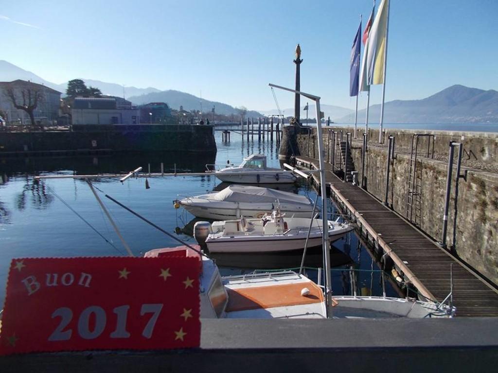 Tanti auguri per un felice 2017, con la foto di Antonella Bonora dal Porto Vecchio di Luino