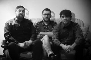 """""""Il Tè degli Orsi"""": da sinistra il bassista Stefano Dal Lago, il cantante-chitarrista Lorenzo Balice ed il batterista Andrea Roncari"""