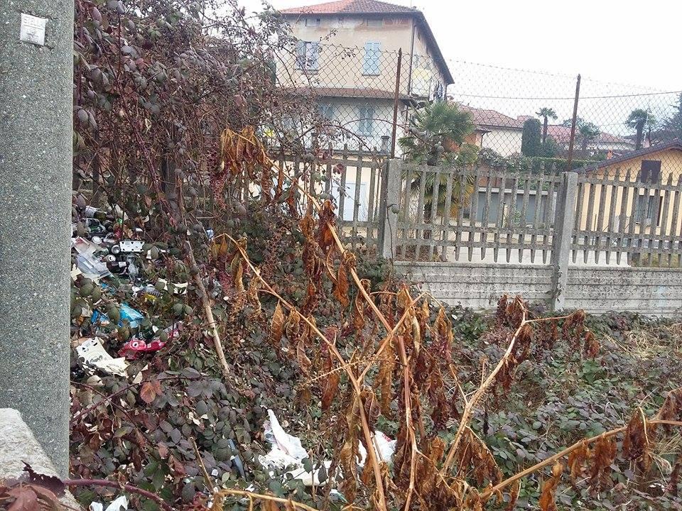"""Luino: """"Un'area privata coperta da rifiuti di ogni genere, tra bottiglie e lattine"""""""