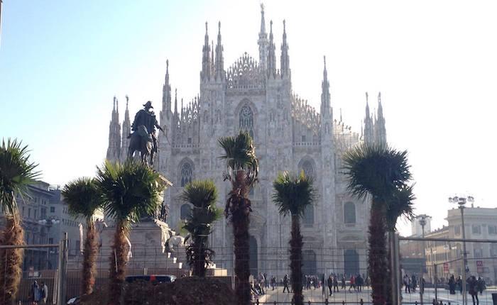 Milano, palme in piazza Duomo. Nuovo allestimento verde con anche banani e fiori rosa