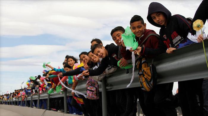 """""""Il Messico è più di un muro"""": la catena umana contro le politiche migratorie di Trump."""