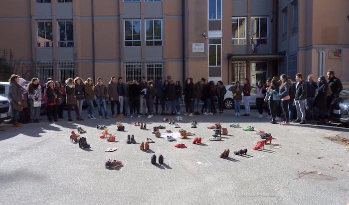 """Flash mob degli studenti dell'""""I.S.I.S. - Città di Luino"""" per dire """"No alla violenza sulle donne"""""""