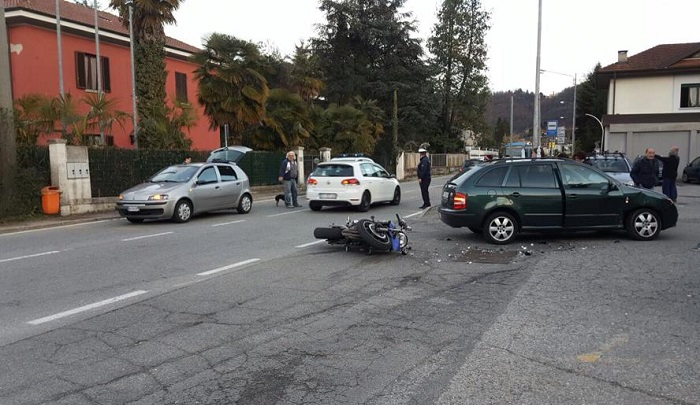 Incidente tra auto e moto a Lavena Ponte Tresa, due persone coinvolte
