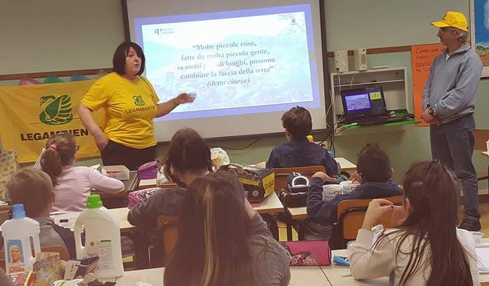"""""""Lezioni di spazzatura"""" a Lavena Ponte Tresa: l'interessante progetto di Legambiente nelle scuole"""