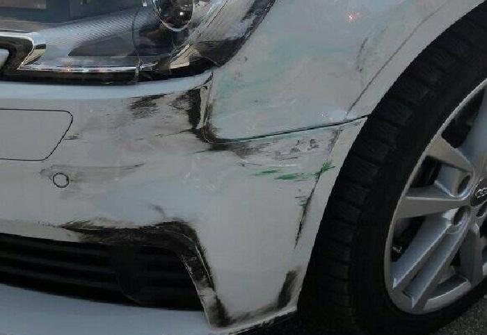 Luino, Federico cerca la persona chi ha danneggiato la sua auto nel parcheggio del Carrefour