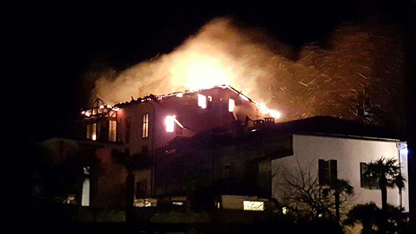 Scoppiato incendio nel centro storico di Luino. Alcune foto di lettori
