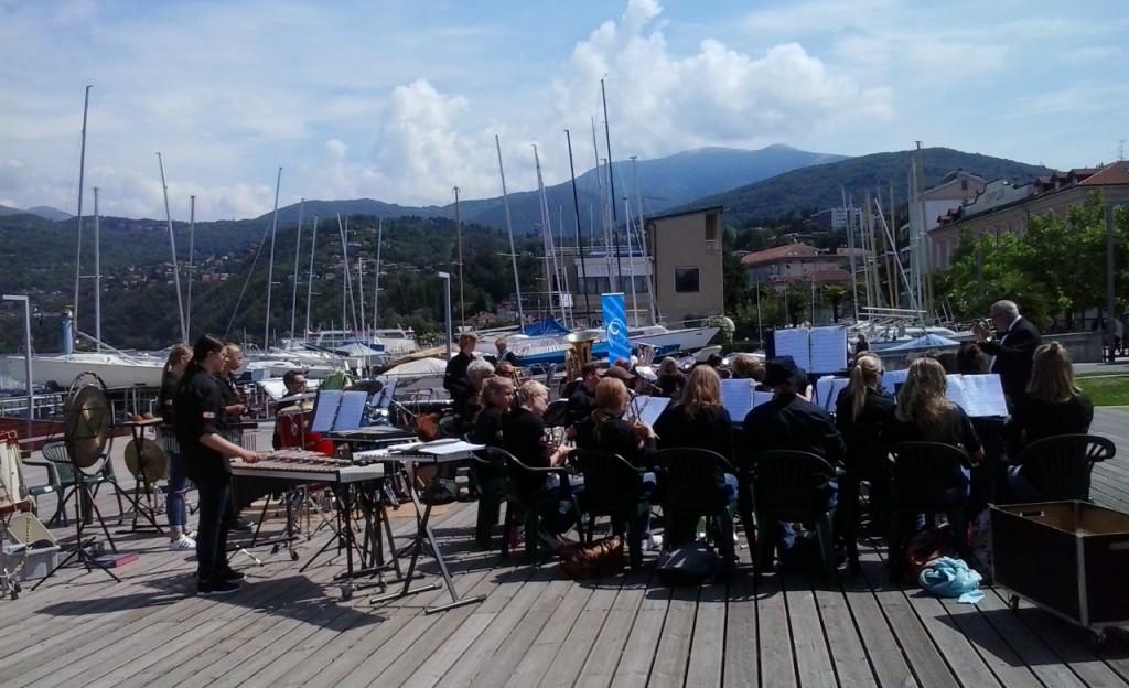 """Dall'Olanda per suonare al mercato di Luino: due concerti oggi in piazza Chirola per gli studenti del """"Linde College"""""""