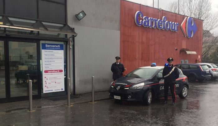 Rubavano tv al Carrefour di via Fornara a Luino, arrestati due uomini
