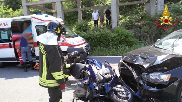 Frontale tra auto e moto a Castelveccana, tre coinvolti. Interviene l'elisoccorso