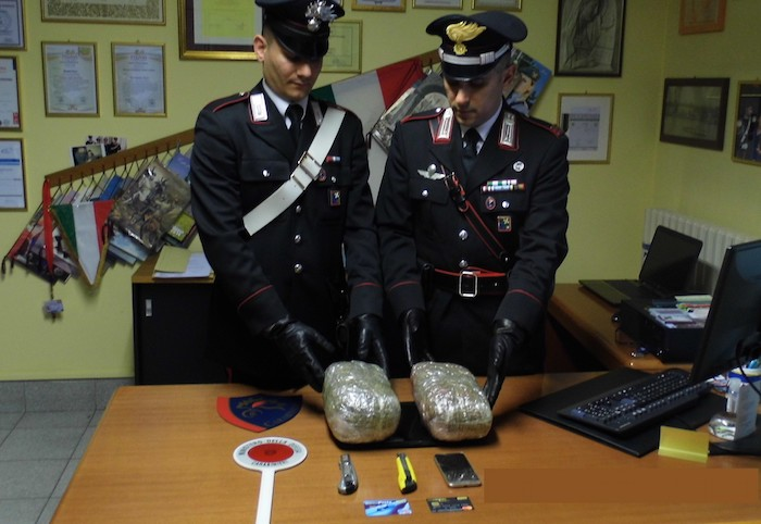 Angera, carabinieri cercano un ladro e arrestano due spacciatori: 7 i chili di marijuana sequestrata