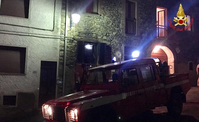 Montegrino, in fiamme una casa nel centro storico. Ragazza si salva dall'incendio