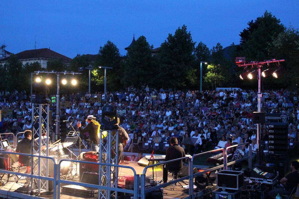 Luino si incanta davanti ad Enrico Ruggeri, grande spettacolo al Parco a Lago