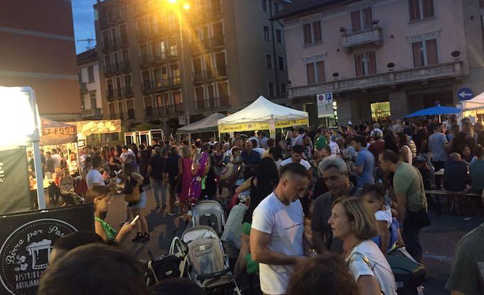 Grande folla nel centro di Luino per lo