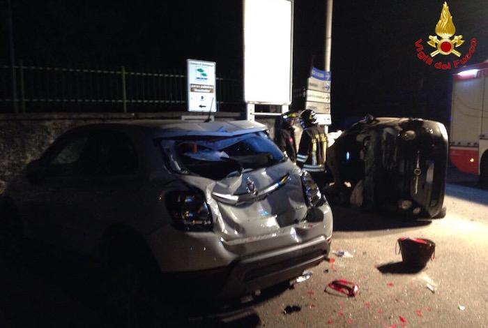 Incidente a Germignaga, ferita 19enne: finisce contro un'auto in sosta e si ribalta