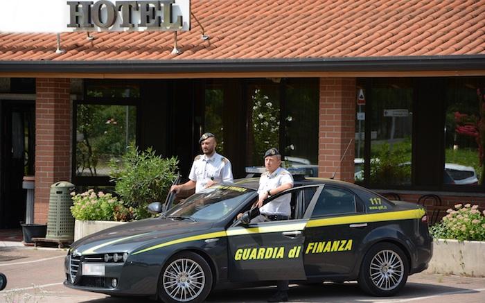 Pizzicato hotel, denunciato il titolare: fatture false, evasione IVA, lavoro nero e truffa allo Stato