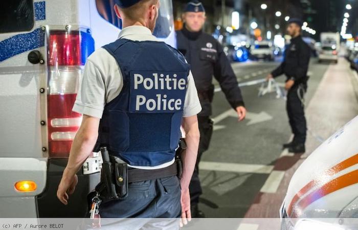 Bruxelles, uomo armato di coltello attacca militari: