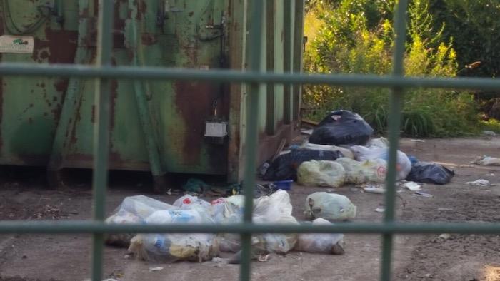 Degrado a Voldomino, tra i rifiuti abbandonati sulla strada anche un frigorifero