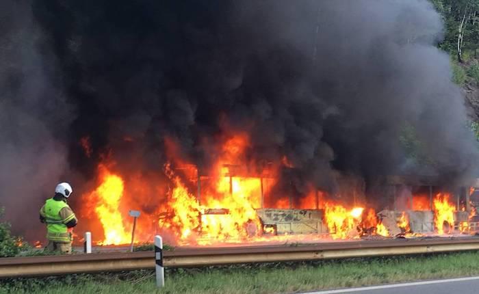 (L'autobus avvolto dalle fiamme a Mezzovico in autostrada - Foto © RescueMedia su rsi.ch)