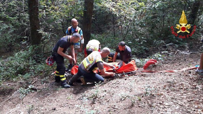 Cade in bici nei boschi di Marzio, 40enne finisce in codice giallo al Pronto Soccorso
