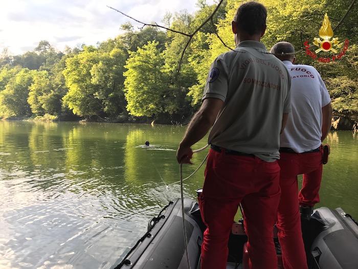 Ancora senza esito le ricerche del 63enne sul fiume Tresa, si riprenderà domattina